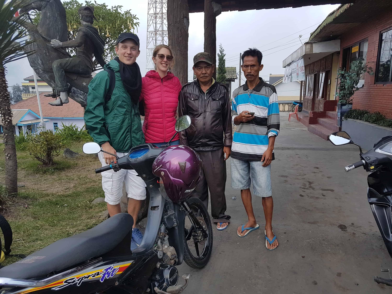 Les deux Indonésiens qui ont aidé les Heureux Voyageurs en les emmenant à Cemoro Lawang, Indonésie