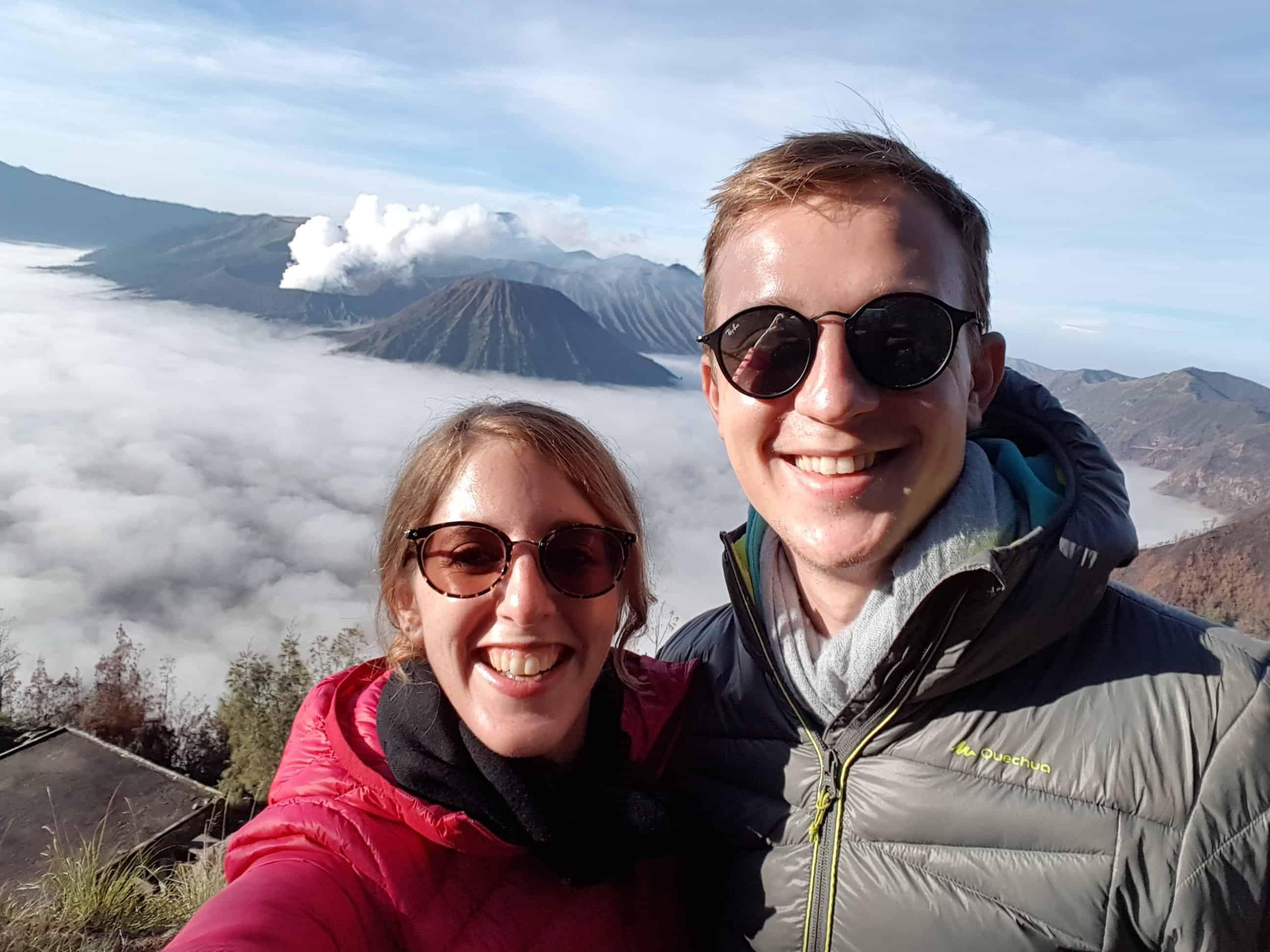 Les Amoureux Voyageurs voient le soleil se lever sur le Mont Bromo, Indonésie