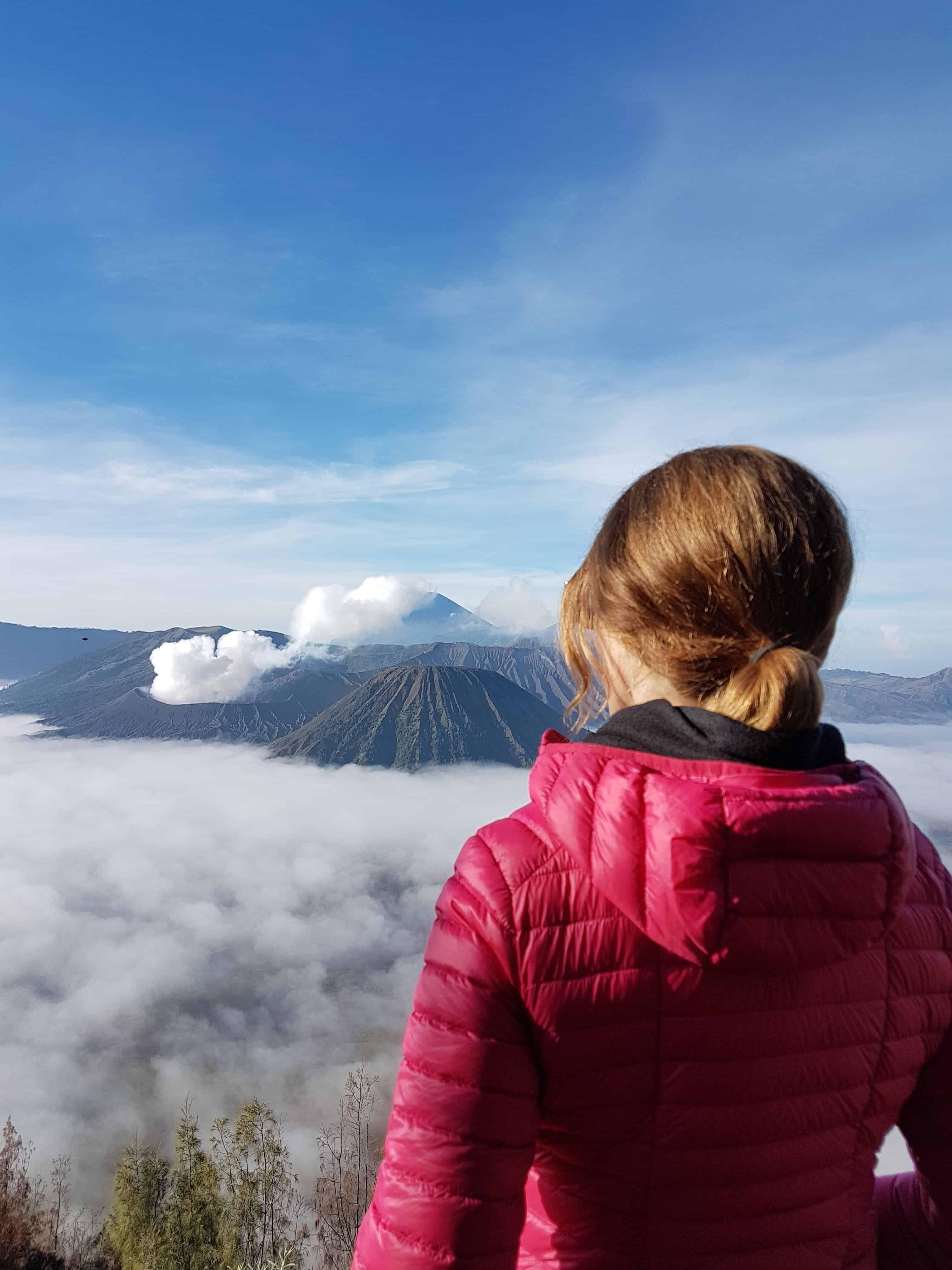 Les Heureux Voyageur admirent le soleil se lever sur le Mont Bromo, Indonésie