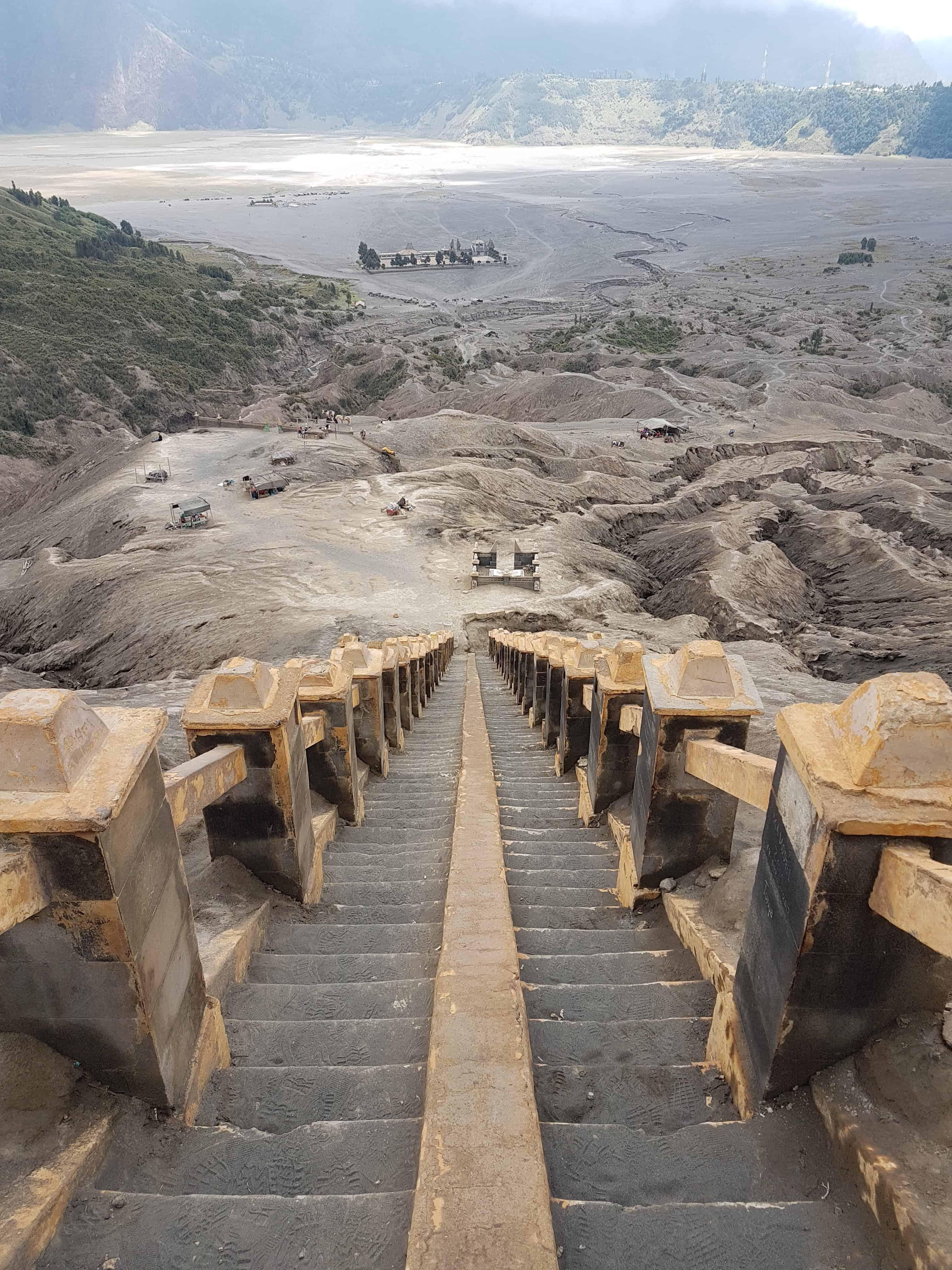 escaliers pour monter sur le cratère du Mont Bromo, Indonésie