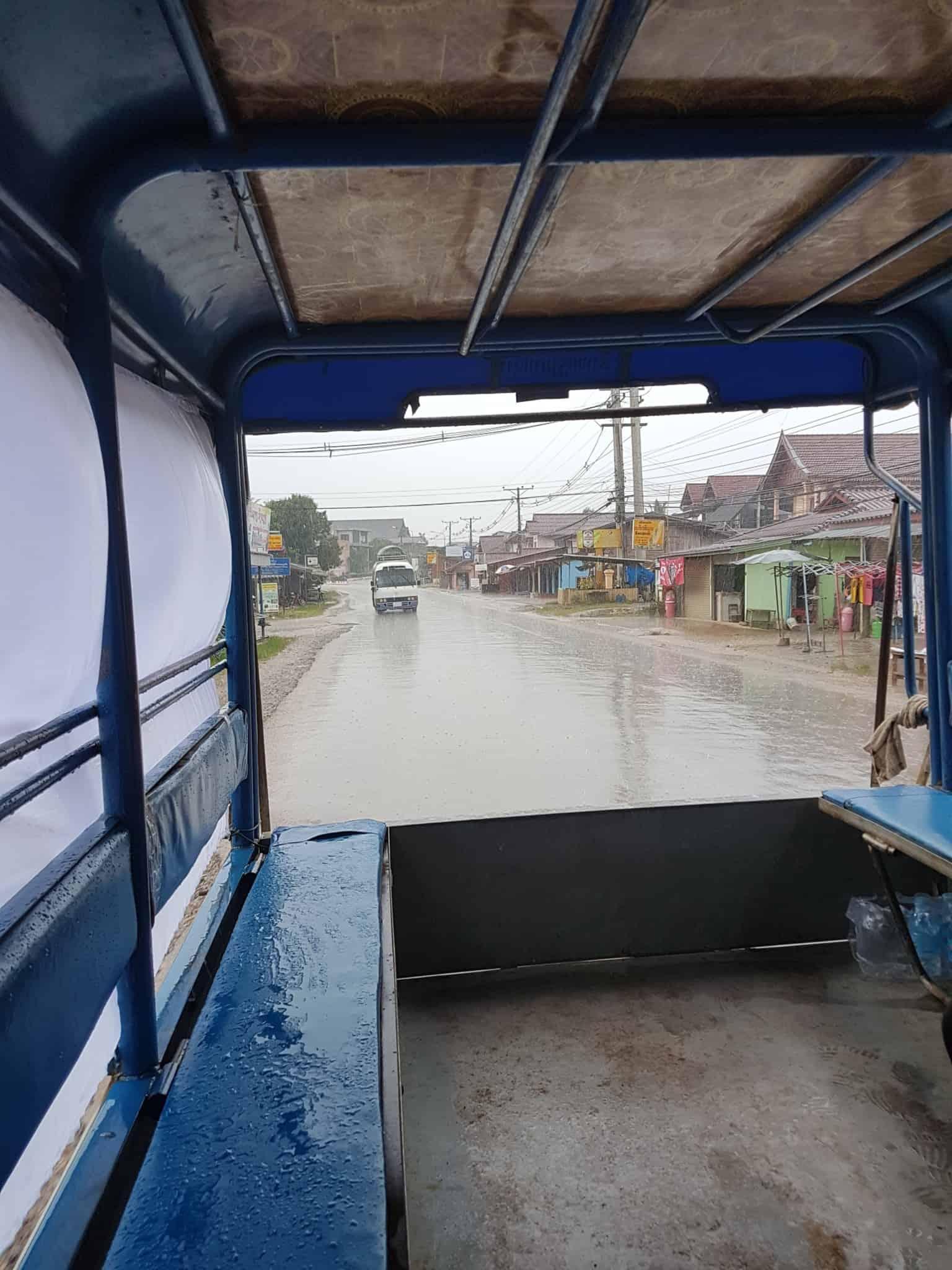 Laos, quand tu te prends pour Pocahontas sur un canoë à Vang Vieng 🛶 3