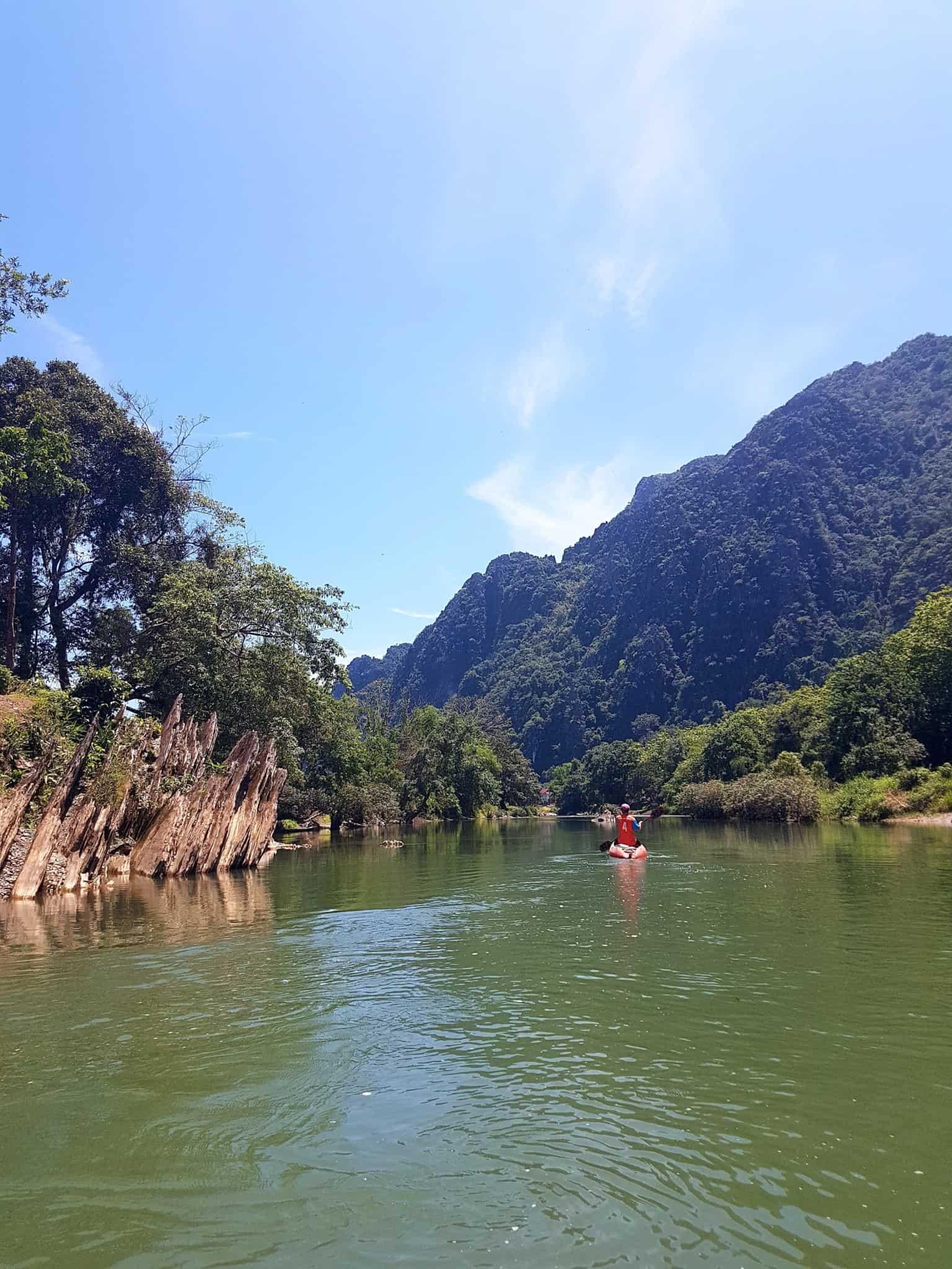 Laos, quand tu te prends pour Pocahontas sur un canoë à Vang Vieng 🛶 13