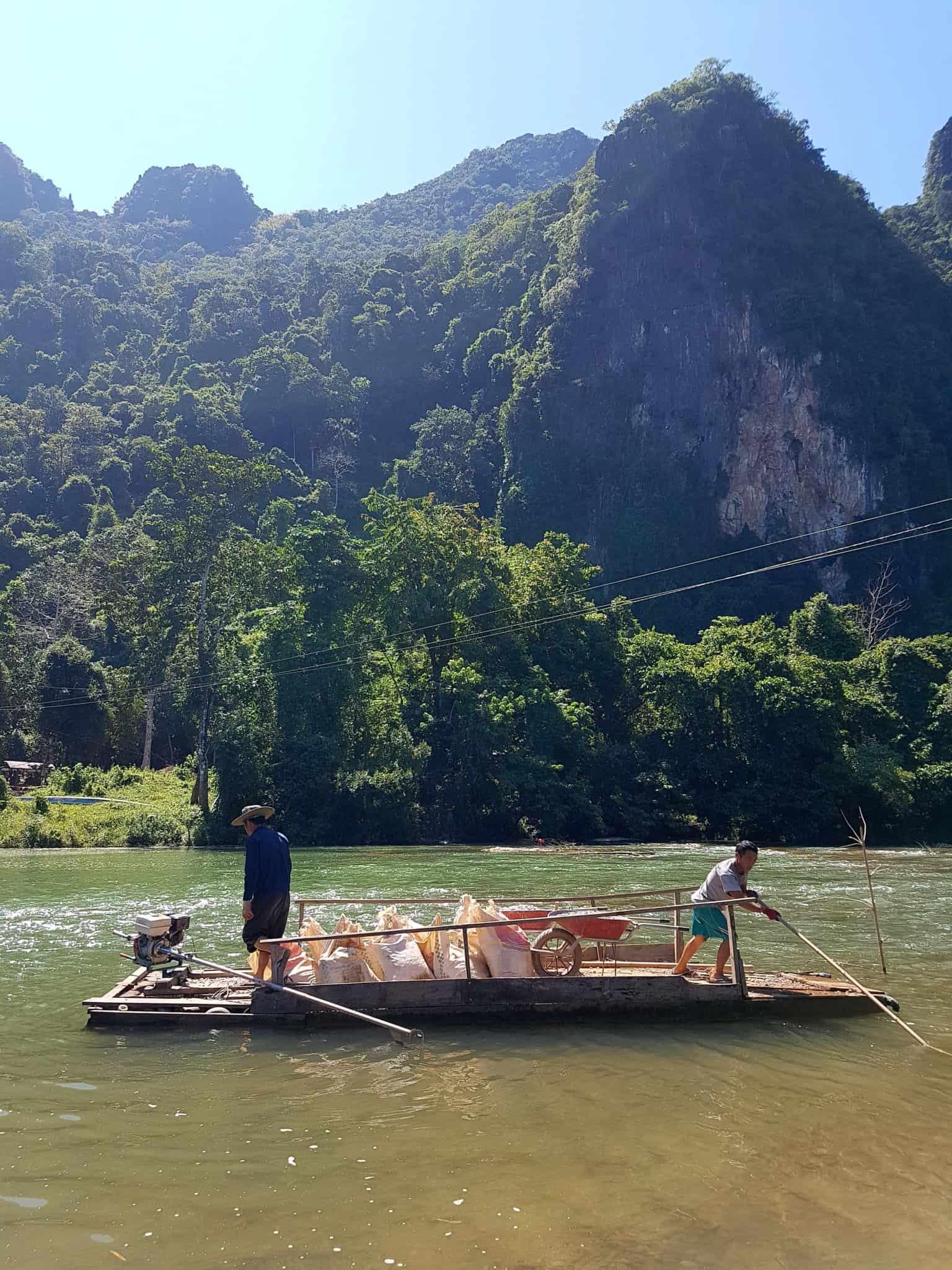 Laos, quand tu te prends pour Pocahontas sur un canoë à Vang Vieng 🛶 20