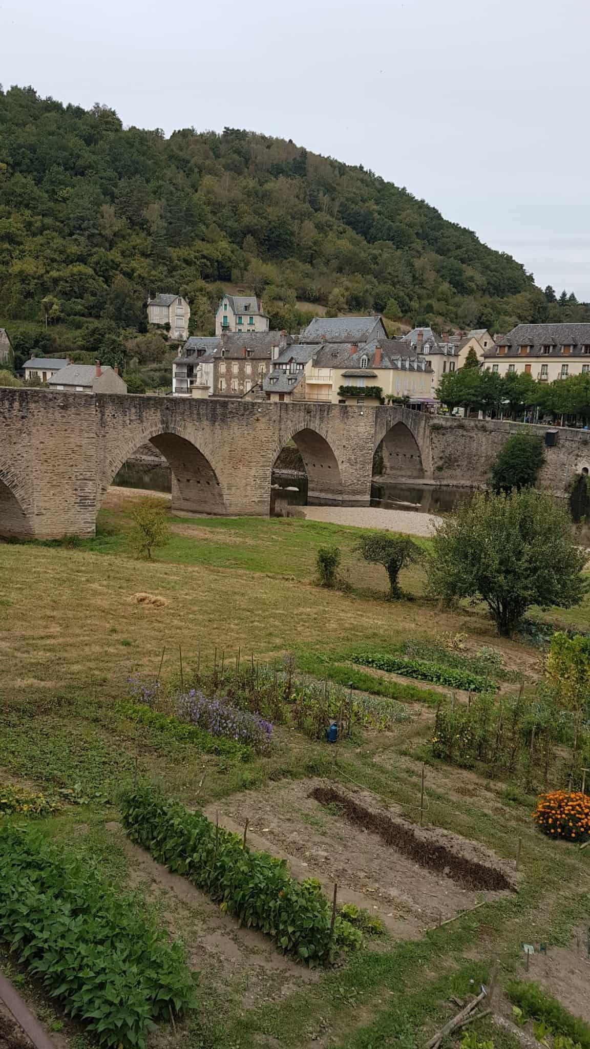 Chemin de Compostelle, on visite le charmant village d'Estaing 🌺 25