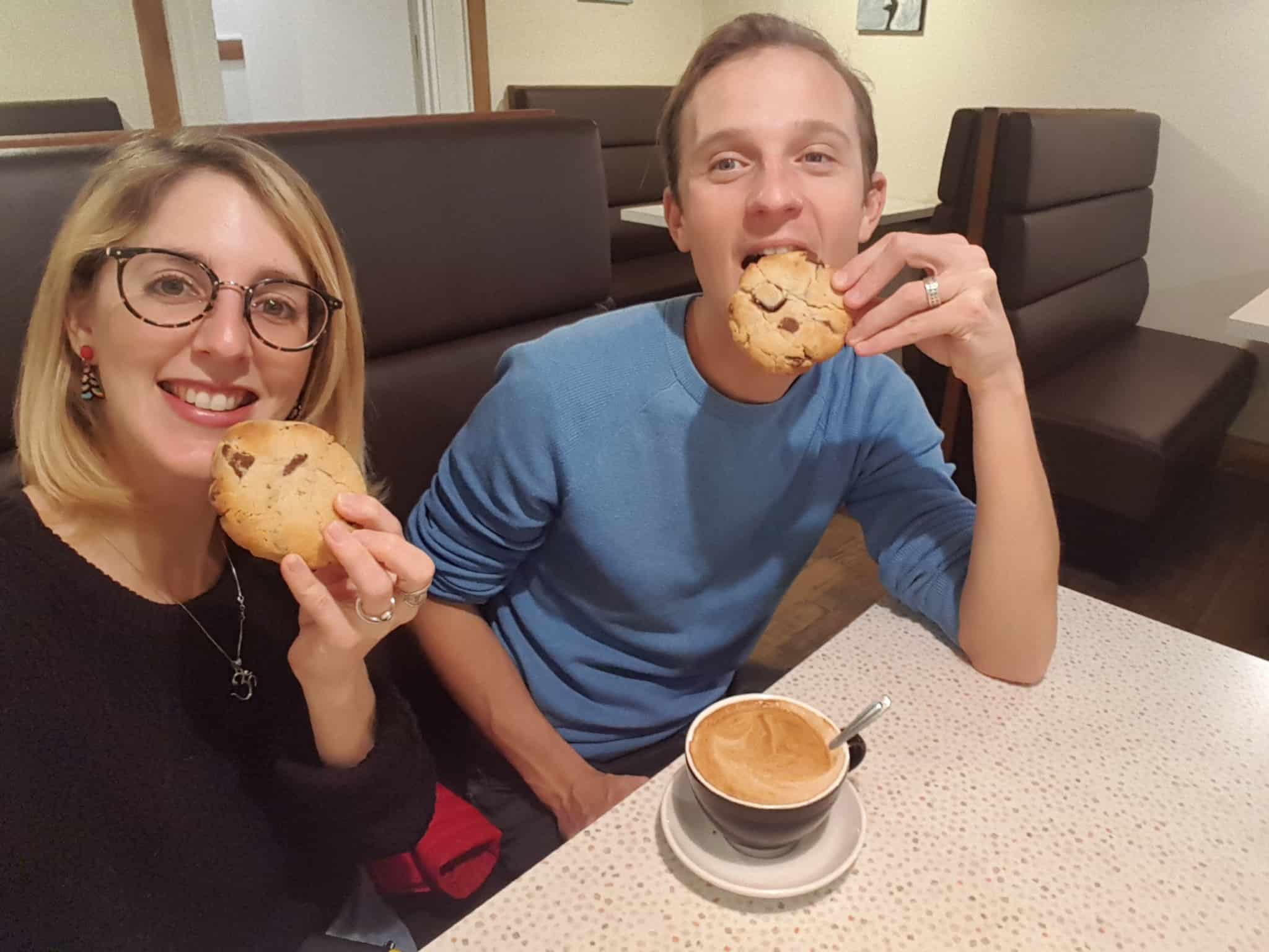 plaisir de manger des énormes cookies et de boire un bon café à Wanaka